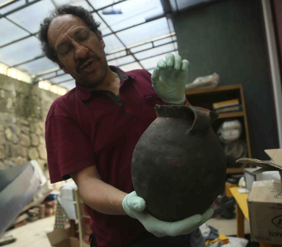 El arqueólogo Jedu Sadarnaga muestra una vasija descubierta en una de las tumbas halladas en un cementerio inca cerca de La Paz, Bolivia. (AP) (semisquare-x3)