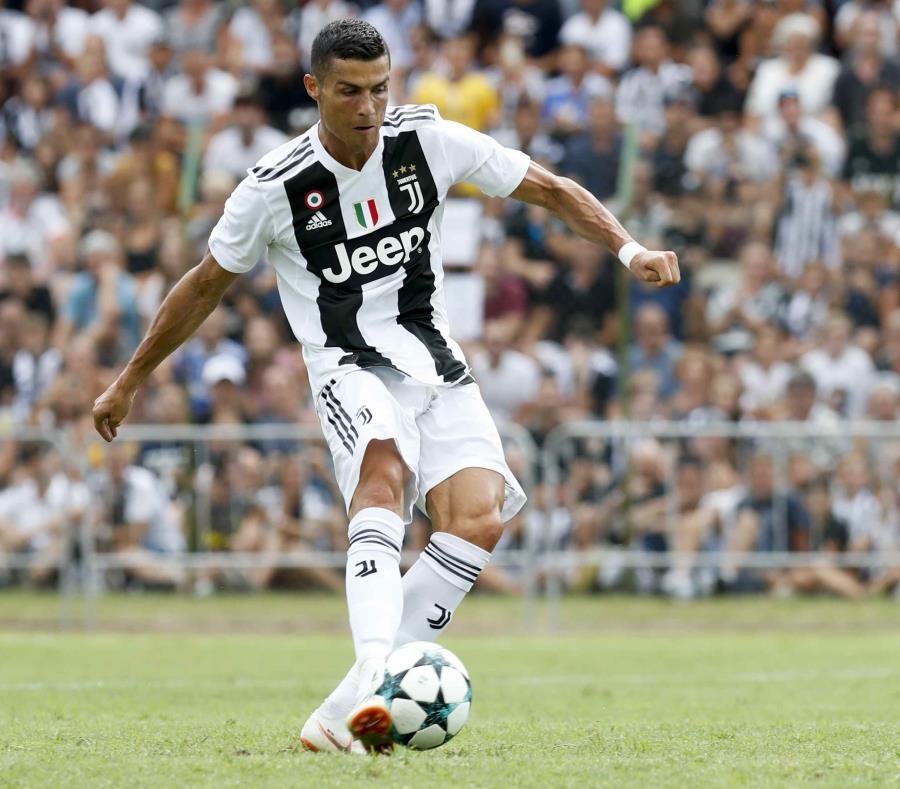 Cristiano Ronaldo maneja el balón durante el partido. (AP) (semisquare-x3)