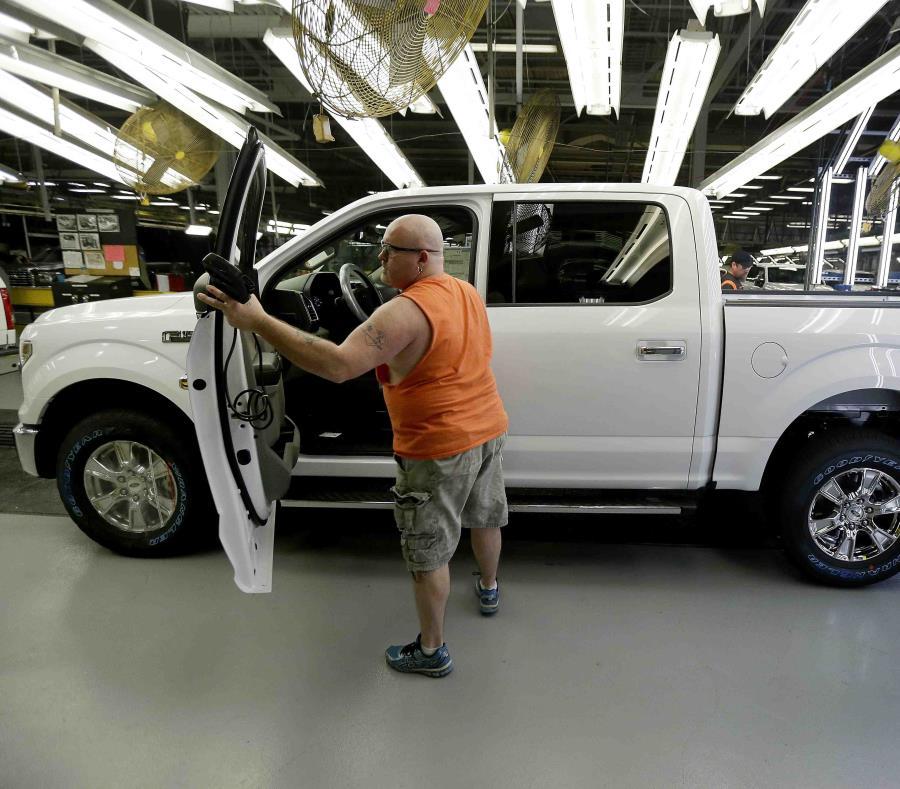 En esta foto de archivo del 13 de marzo de 2015, un trabajador inspecciona una pickup Ford F-150 con carrocería de aleación de aluminio en la planta de Calycomo, Missouri. (AP) (semisquare-x3)