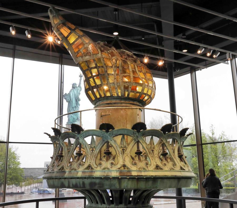 La antorcha original en el nuevo museo de la Estatua de la Libertad. (AP/ Richard Drew) (semisquare-x3)
