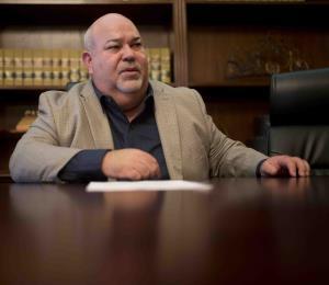 """Carlos """"Johnny"""" Méndez posicionó a su sargento de armas como un consultor principal en la Cámara baja"""