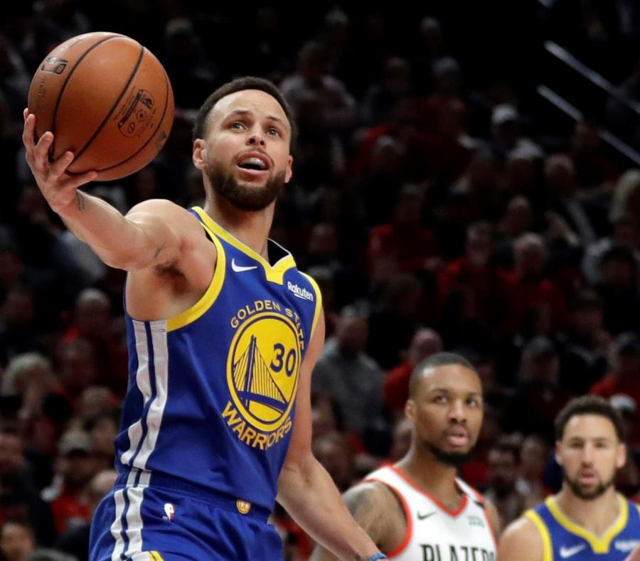 Stephen Curry volvió a liderar a los Warriors con 37 puntos en la victoria del lunes sobre los Blazers. (AP / Ted S. Warren) (semisquare-x3)