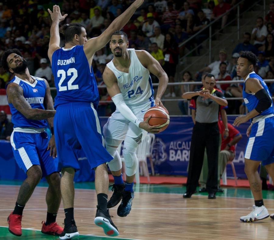 Gian Clavell (con el balón) y la Selección Nacional intentarán ganar la séptima medalla de oro de Puerto Rico en el baloncesto masculino de los Juegos Centroamericanos y del Caribe. (semisquare-x3)