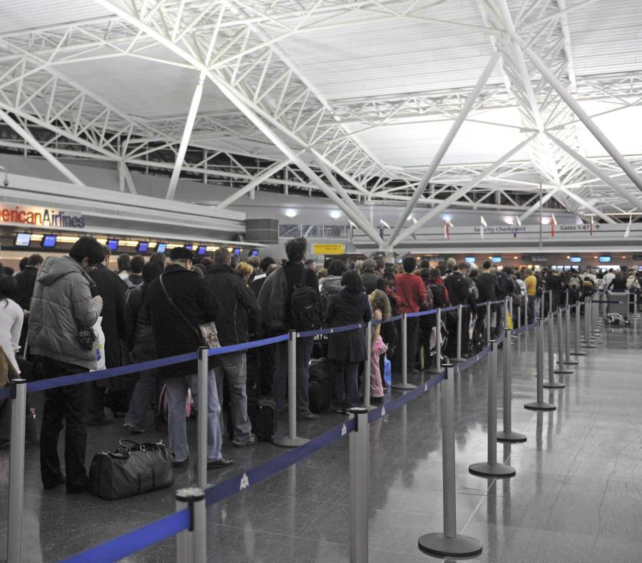 Pasajeros esperan en la terminal 8 del aeropuerto John F. Kennedy. (EFE) (semisquare-x3)