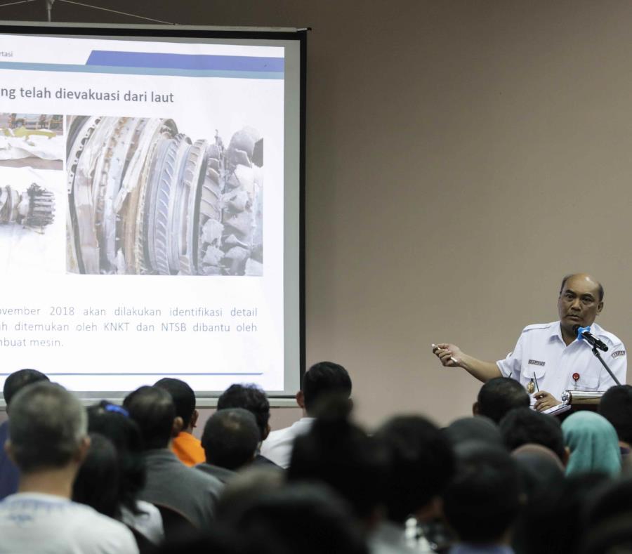 El director del Comité Nacional para la Seguridad en el Transporte (KNKT), Soerjanto Tjahjono, se dirige a los familiares de las 189 víctimas del vuelo JT-610 estrellado en el mar de Java (semisquare-x3)