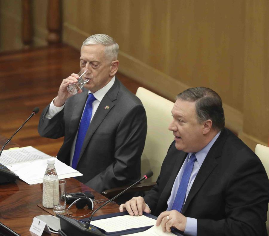 El secretario de Defensa de Estados Unidos, James Mattis (izquierda), mientras el secretario de Estado, Mike Pompeo, ofrece un discurso tras una reunión ente altos funcionarios en Nueva Deli, India. (AP) (semisquare-x3)