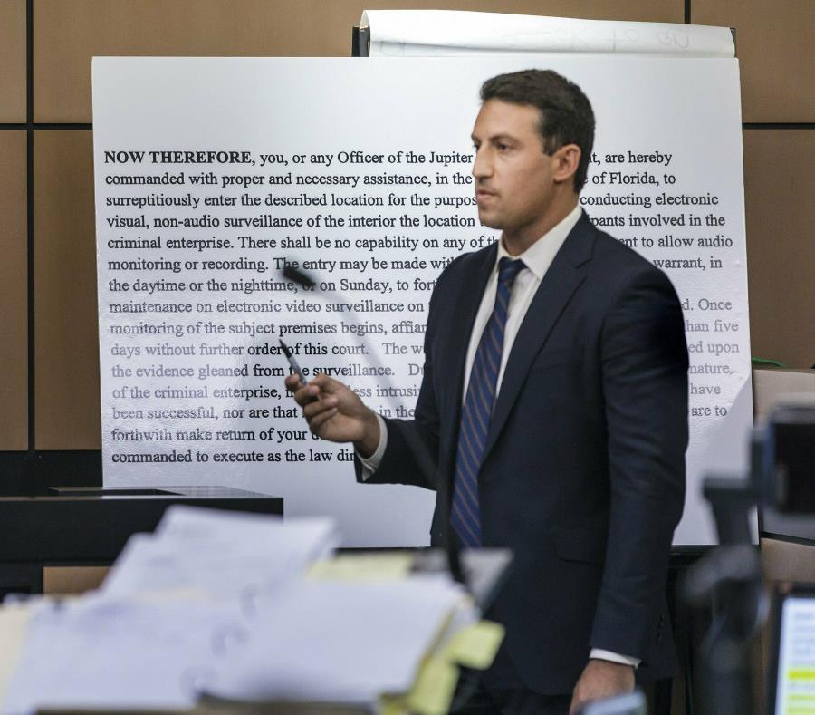El licenciado Alex Spiro interroga a un detective durante una audiencia el miércoles en el caso de solicitud de servicios de prostitución de Robert Kraft. (AP) (semisquare-x3)