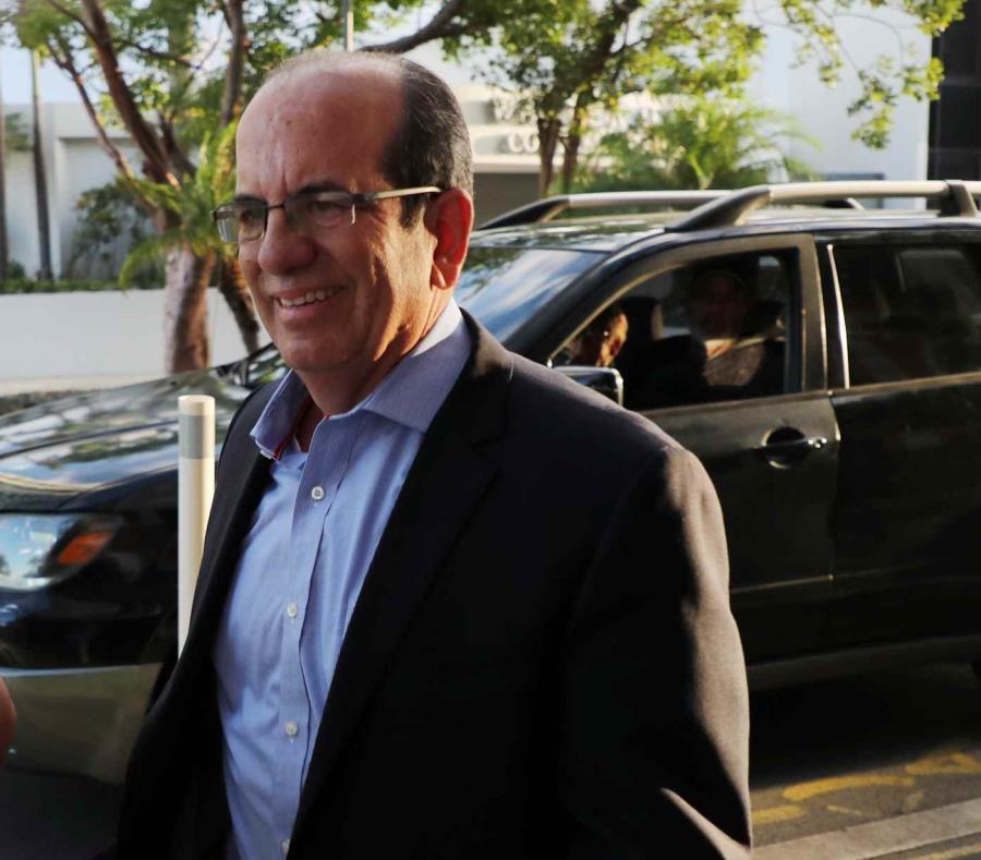 El exgobernador Aníbal Acevedo Vilá a su llegada ayer a la reunión de la Junta de Gobierno del PPD en la sede de la colectividad en Puerta de Tierra. (semisquare-x3)